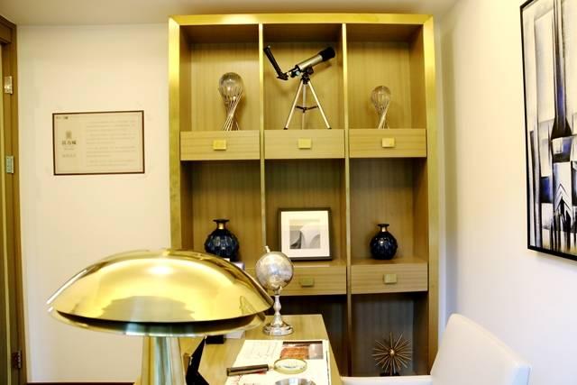 现代简约风格的主卧室,两个大立柜,还有配备的飘窗都增加了房间的