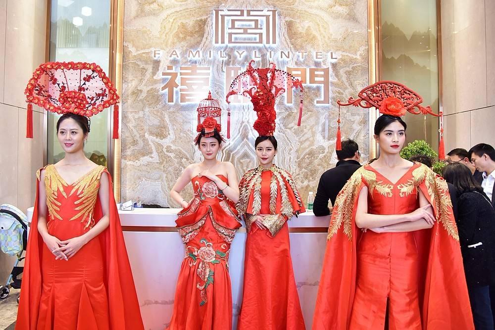 (身穿大红中国元素礼服,代表禧文化的模特)
