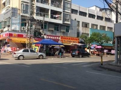 河南岸群联市场大门口,转角位临街旺铺出售。
