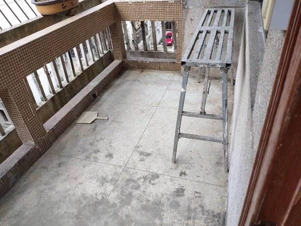 超近笋盘!!与一中只一墙之隔,业主重新装修了一下,小区管理,车位充足,看房方便!