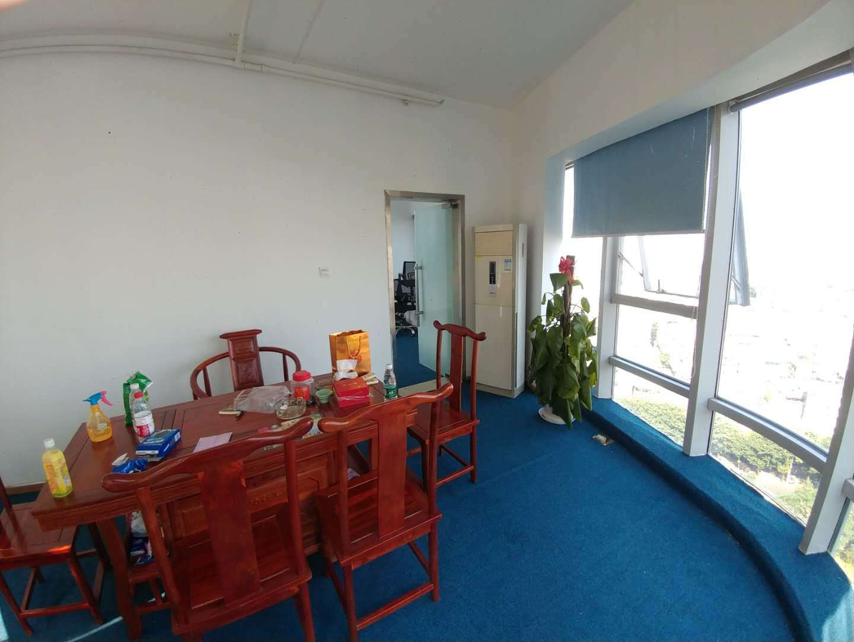 曼哈顿广场中层 东南向办公室 面积75平 月租3600元 两押一租