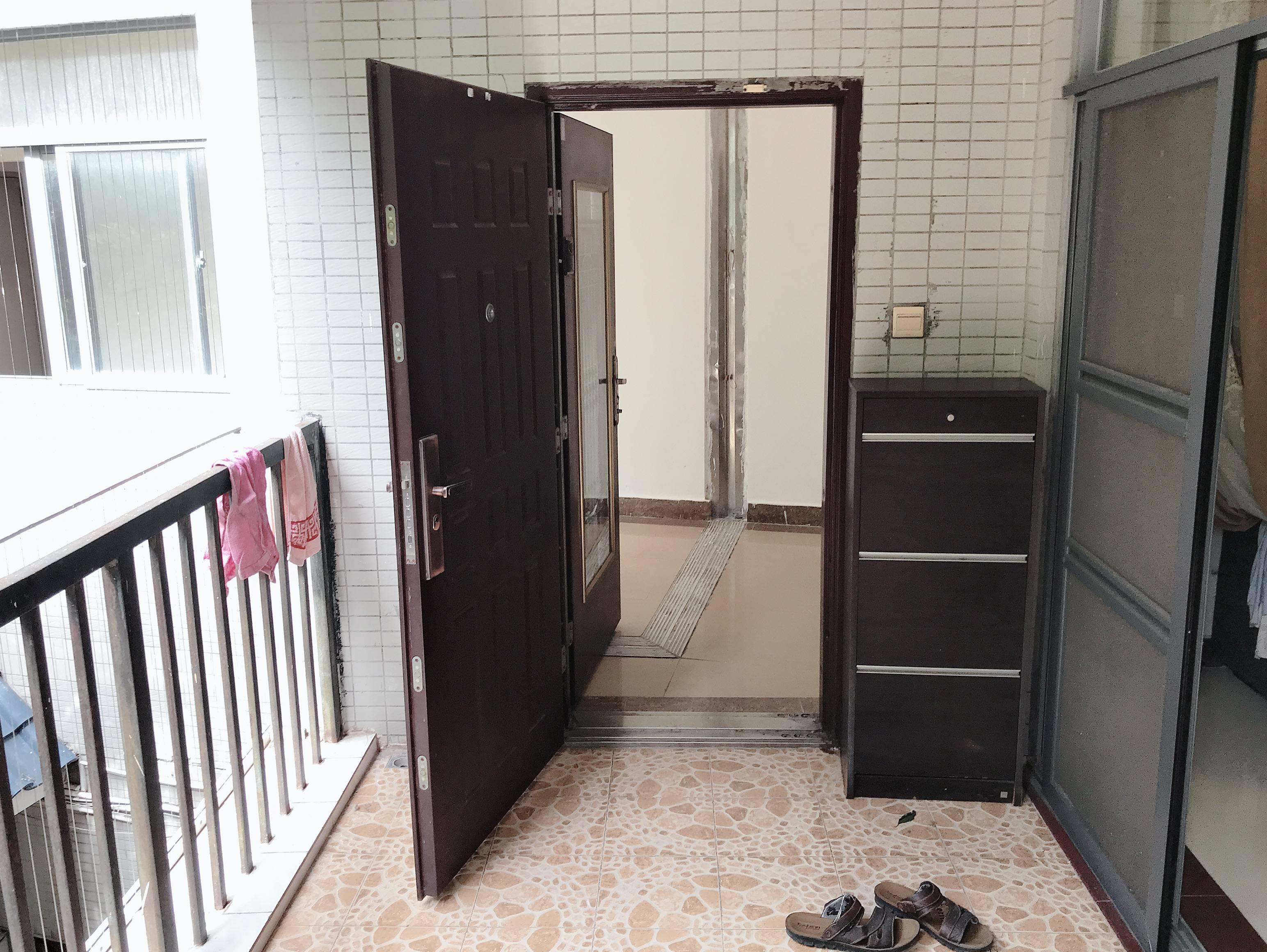 金宝兴业家园 电梯三房两厅 双阳台南北通外带露台 租金2300元